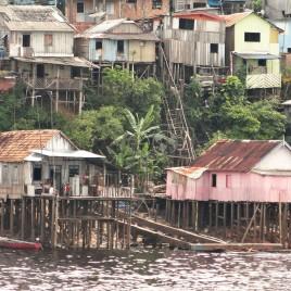 Casas sobre palafitas às margens do Rio Negro