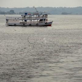 Barca navegando pelo Rio Negro