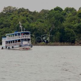Barca às margens do Rio Negro