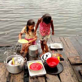 Crianças lavam louça em Igarapé