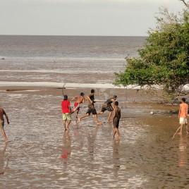 Jovens jogam 'futelama' – Macapá (AP)