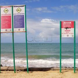 Placas informando risco de ataque de Tubarões