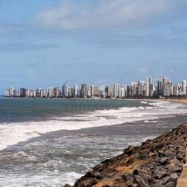 Praia de Boa Viagem com prédios ao fundo