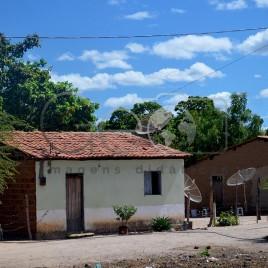 Casas com antenas parabólica em área rural