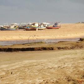 Praia de Subaúma, com traineiras ao fundo, na maré baixa