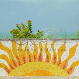 Muro com Sol feito em mosaico