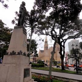 Estátua de Tiradentes com Catedral ao fundo