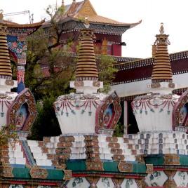 Estupas e Templo ao fundo