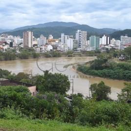 Rio Itajaí-Açu e prédios ao fundo (SC)
