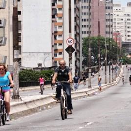 Ciclistas no Minhocão