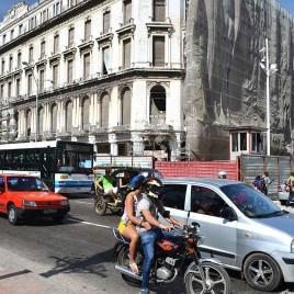 Veículos parados no semáforo