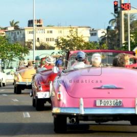 Turistas passeiam em carros antigos