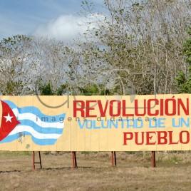 Placa enaltecendo a Revolução