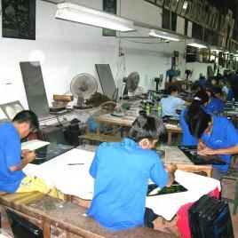 Sequelados da guerra fazendo artesanato – Vietnã