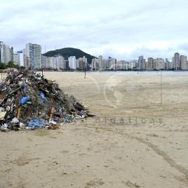 Entulhos na praia – São Vicente (SP)