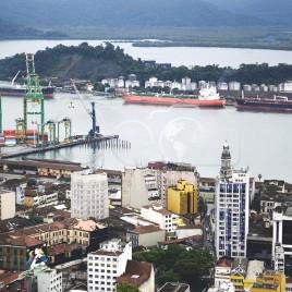 Guindastes e Navios no canal de Santos