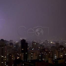 Cidade de São Paulo iluminada por Raios
