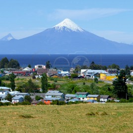 Cidade de Frutillar com Vulcão Osorno ao fundo