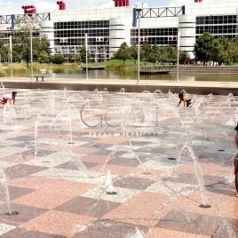 Crianças brincam em Fonte – Houston (EUA)