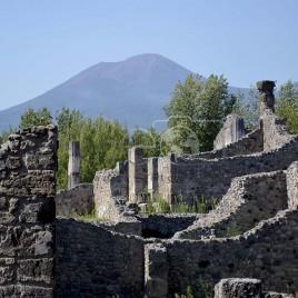 Ruínas de Pompéia com Vesúvio ao fundo