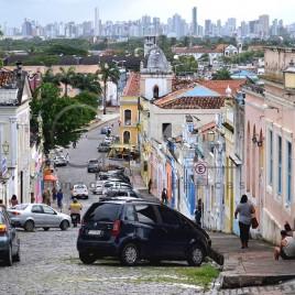 Ladeira em Olinda com Recife ao fundo