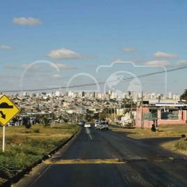 Rua com cidade ao fundo, Uberlândia (MG)