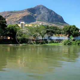 Rio Doce com pico da Ibituruna (MG)