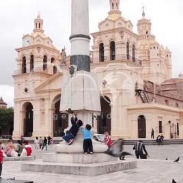 Crianças em frente à Catedral de Córdoba