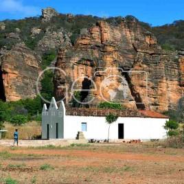 Igreja com Paredões ao fundo – (PI)