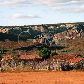 Casas com Paredões rochosos ao fundo (PI)