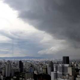 Céu chuvoso em São Paulo (seq3)